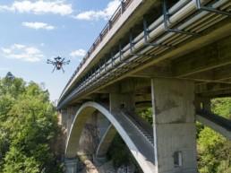 Inspektion Drohne neben Brücke